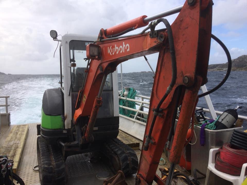 Båtfrakt av gravemaskin. Sjøtjenester Florø - sjotjenesterfloro.no