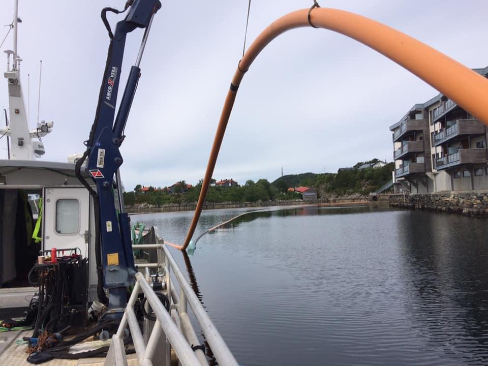 Legging av rør. Sjøtjenester Florø - sjotjenesterfloro.no